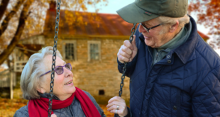 Älteres Paar spricht miteinander