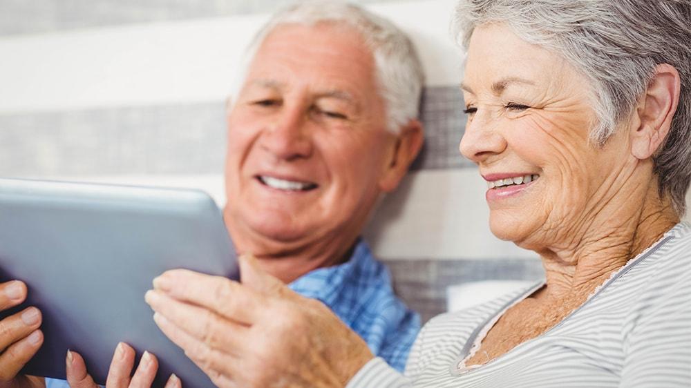 Senioren mit Tablet