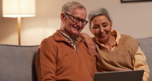 Senioren Paar gemeinsam am Laptop